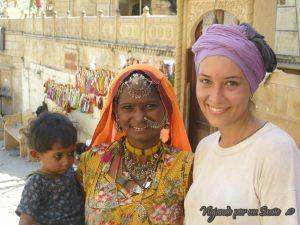 Carol haciendo amigas en Rajastán, Jaisalmer. India. Viajando por un Sueño