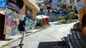 Juan de Viajando por un sueño en la comu 13 de Medellín