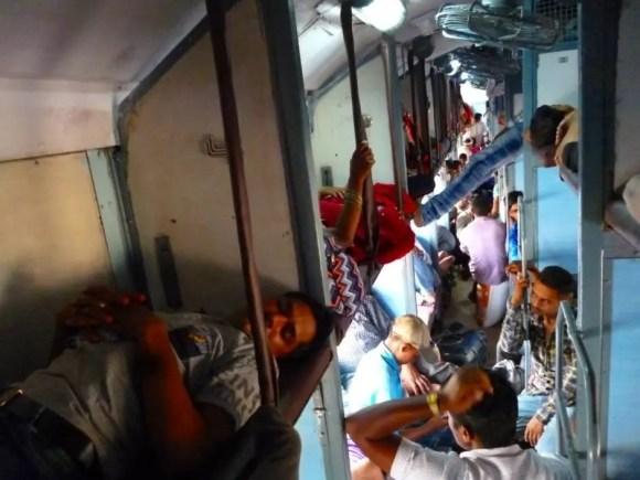 Gente amontonada en un tren en el norte de India
