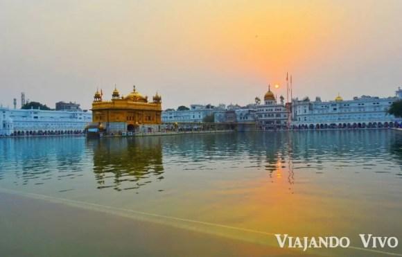 El Templo Dorado de Amritsar al atardecer