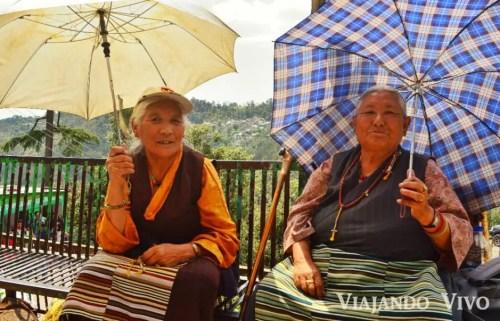 Señoras tibetanas descansando camino al Lago Dal