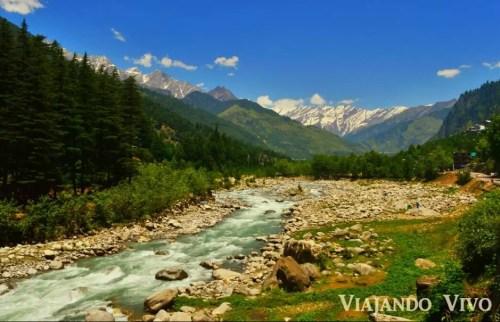 Valle montañoso en Manali en el norte de India