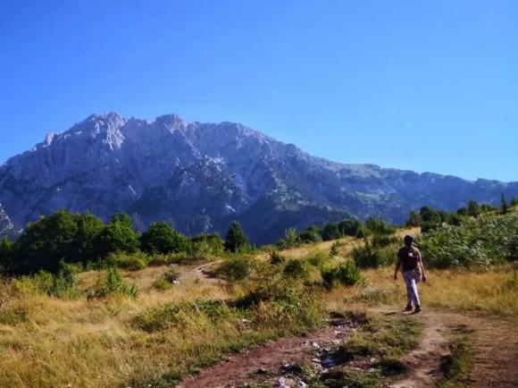 Celeste caminando en el sendero Theth Valbona