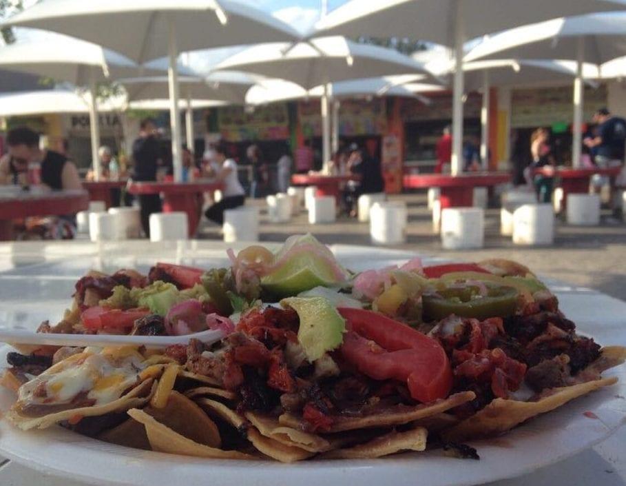 Un plato de nachos en Plaza de las Palapas