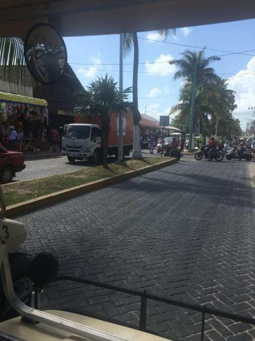 Conduciendo un carrito de golf por Isla Mujeres