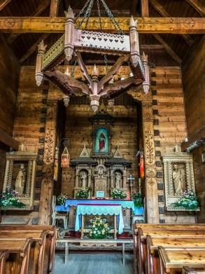 Interior de capilla de madera en Zakopane Polonia