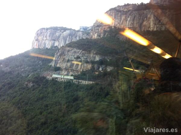 Trazado del Cremallera de Montserrat entre rocas