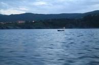 Pescador en un pequeño bote en Bermeo
