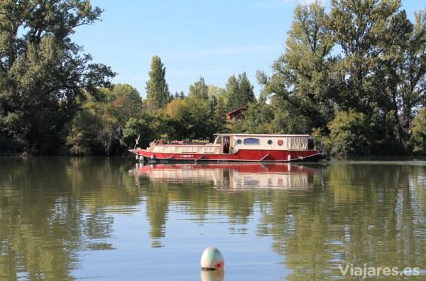 Barco navegando por las aguas del río Tarn, Midi-Pyrénées