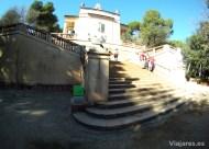 Escalinata para alcanzar el pabellón de corte neoclásico
