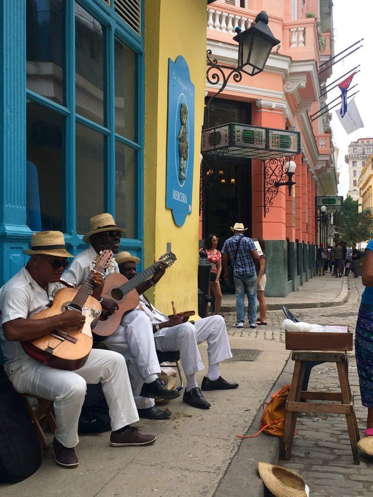 Músicos callejeros de La Habana, junto a la Plaza de Armas