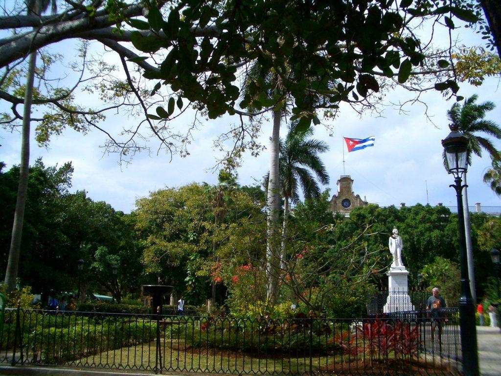 Paseando por la Plaza de Armas, La Habana