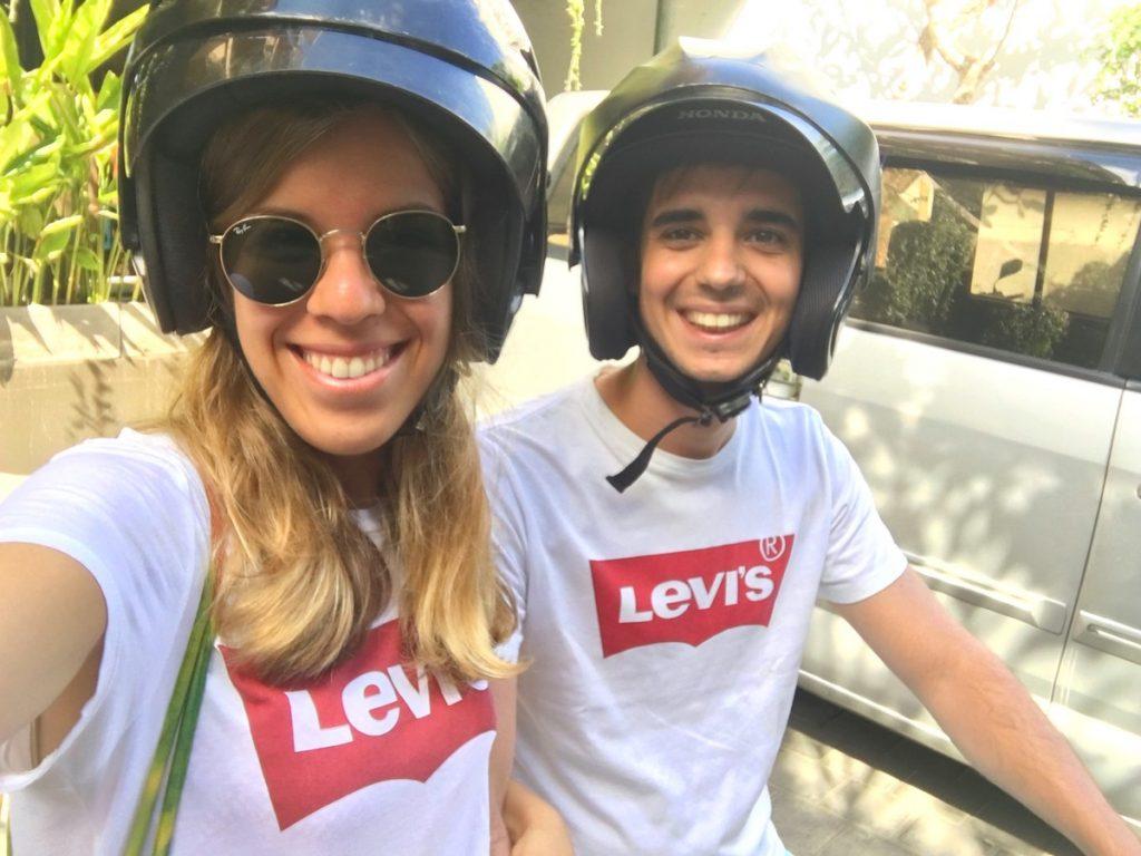 Siempre casco para viajar por Indonesia en moto