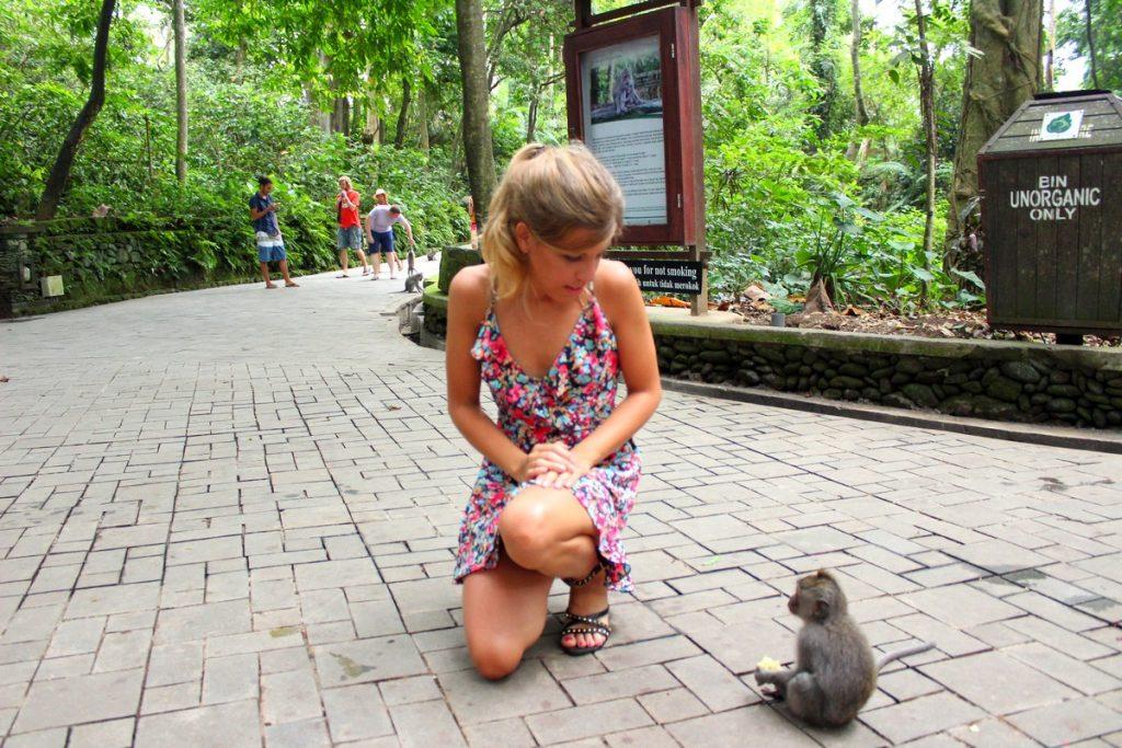 Mariet con un pequeñín en el Monkey Forest de Ubud