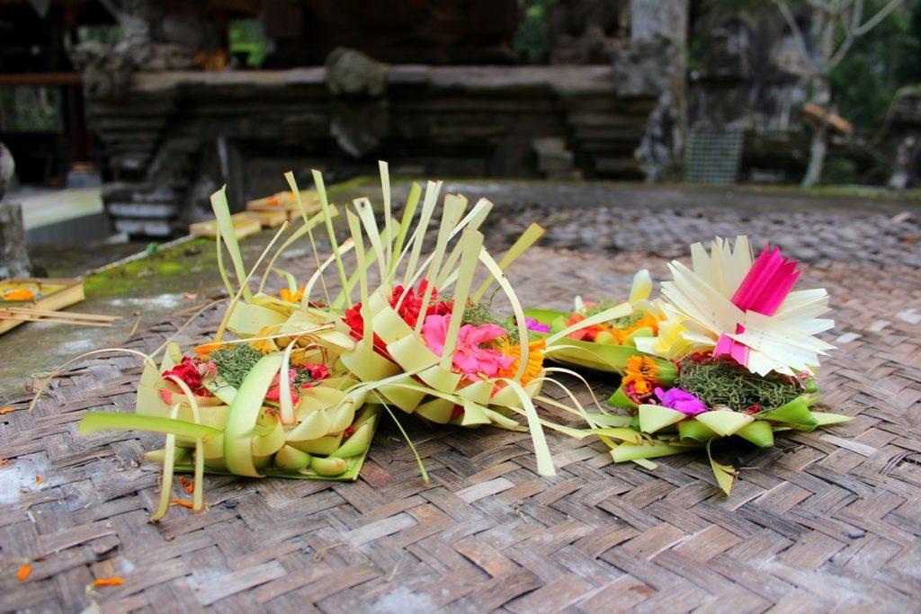 Ofrendas en Bali por todos lados durante nuestro viaje a Bali por zonas