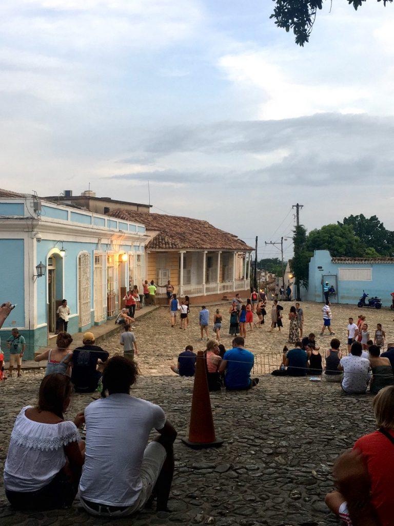 Gente cogiendo wifi en Trinidad, Cuba