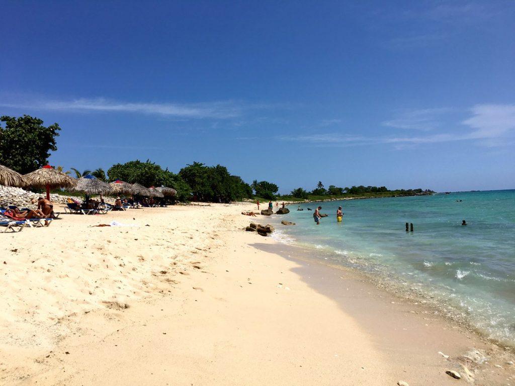 Playa preciosa frente al Caribe Grill