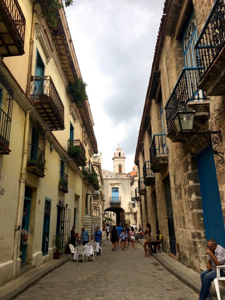 Paseando por las calles de La Habana con la Catedral de fondo