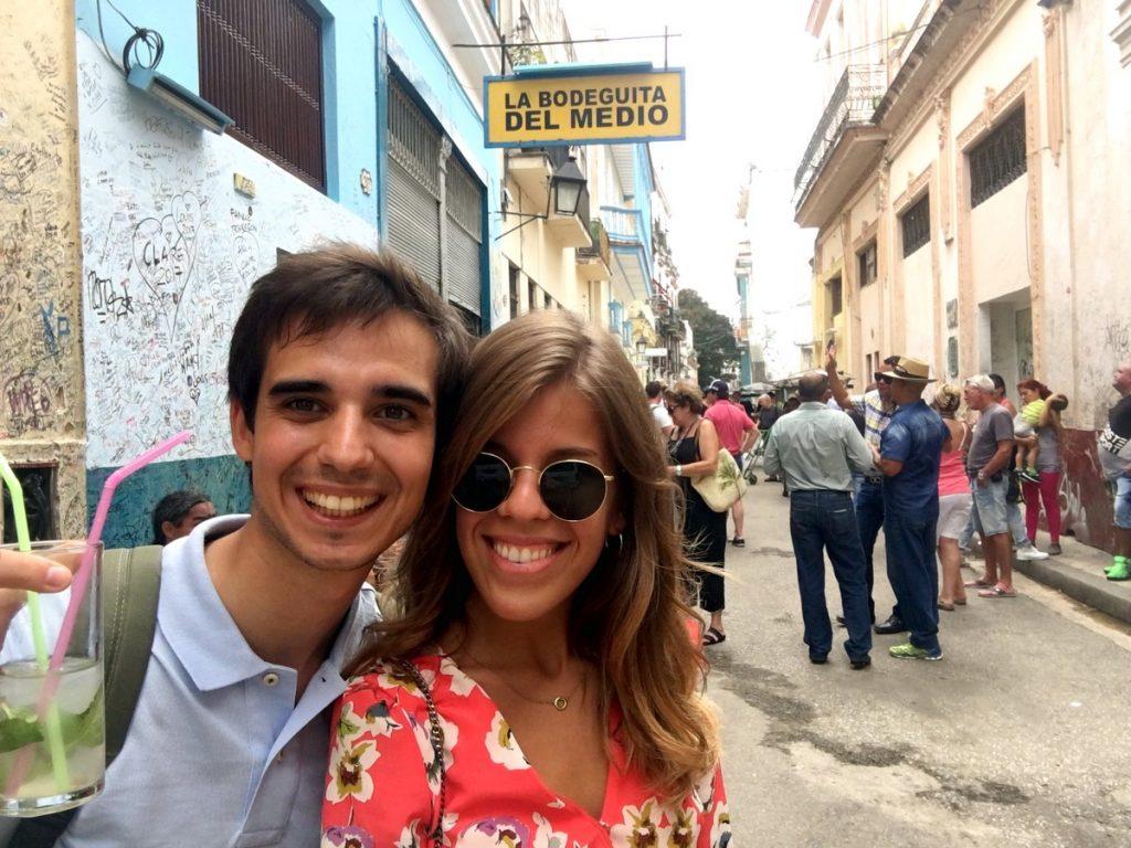 Con nuestro mojito en La Bodeguita de en Medio, La Habana