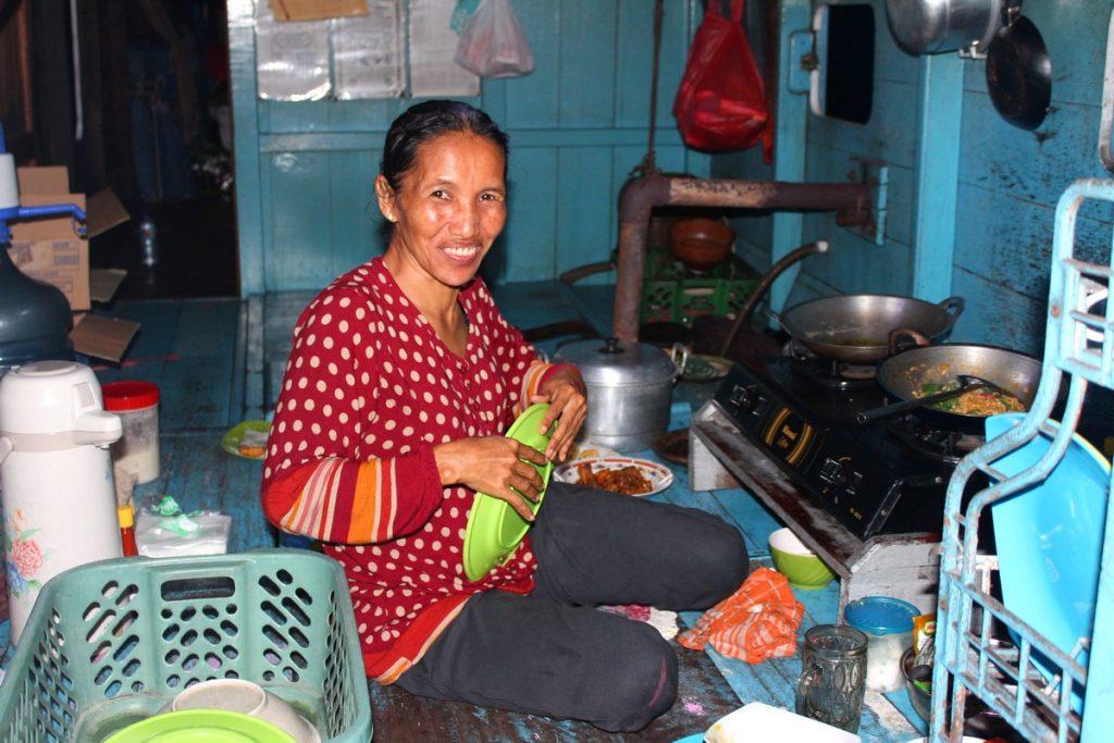 La cocinera de nuestro klotok en Borneo
