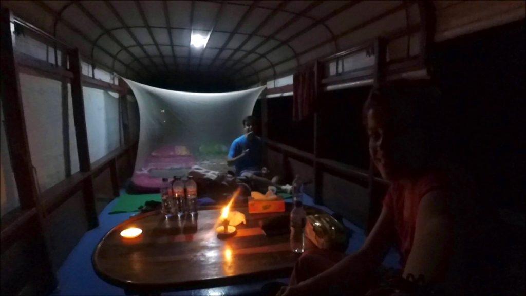 Preparados para dormir en nuestro klotok de Borneo