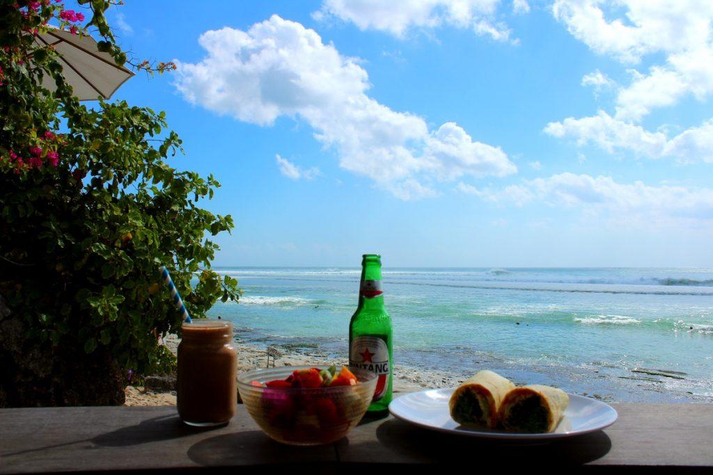 Comiendo en Kelly's Warung, en Bingin Beach