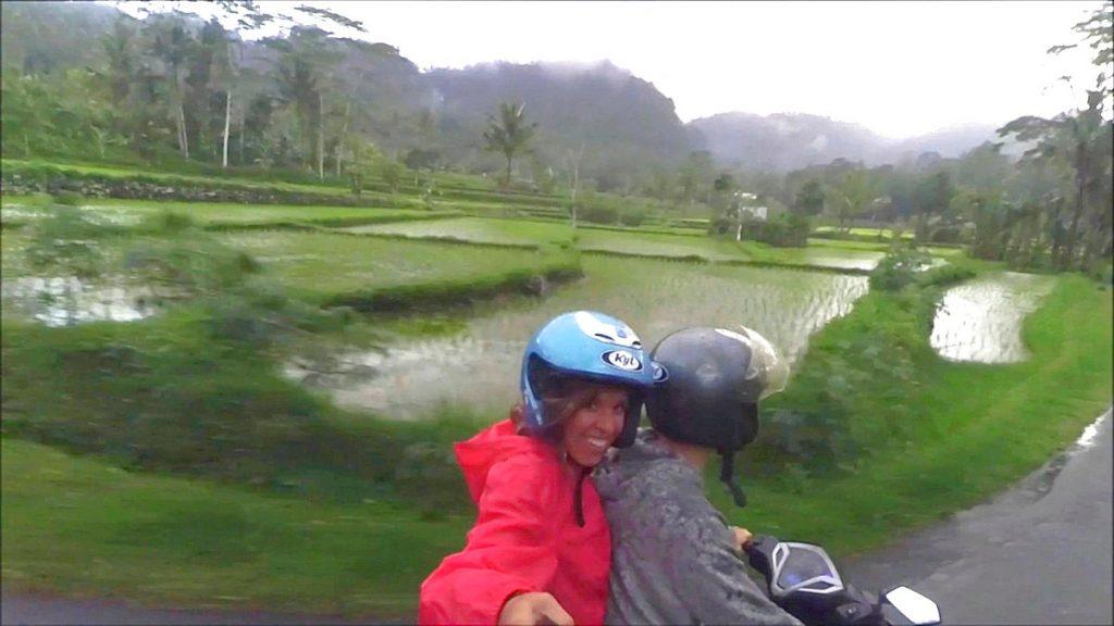 Día lluvioso recorriendo Bali en moto.