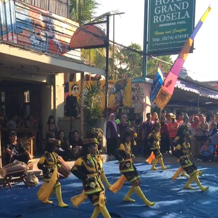 Bailes tradicionales en la calle Prawirotaman, Yogyakarta