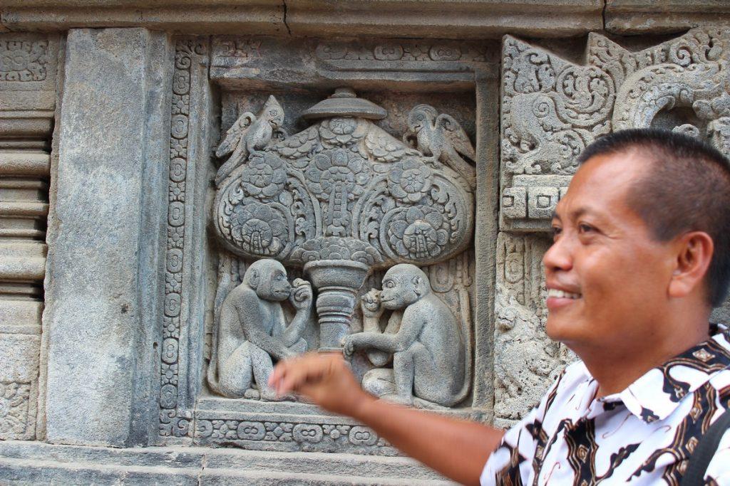 Nuestro guía explicándonos los grabados de los templos de Prambanan