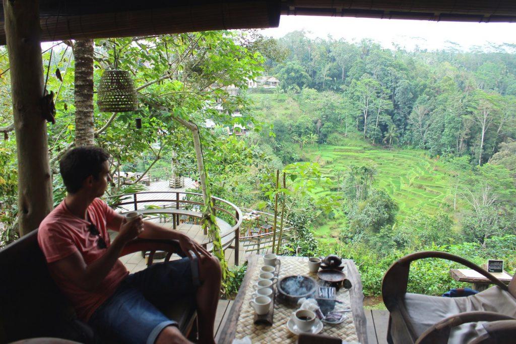 Tomando café en la terraza de Bali Pulina