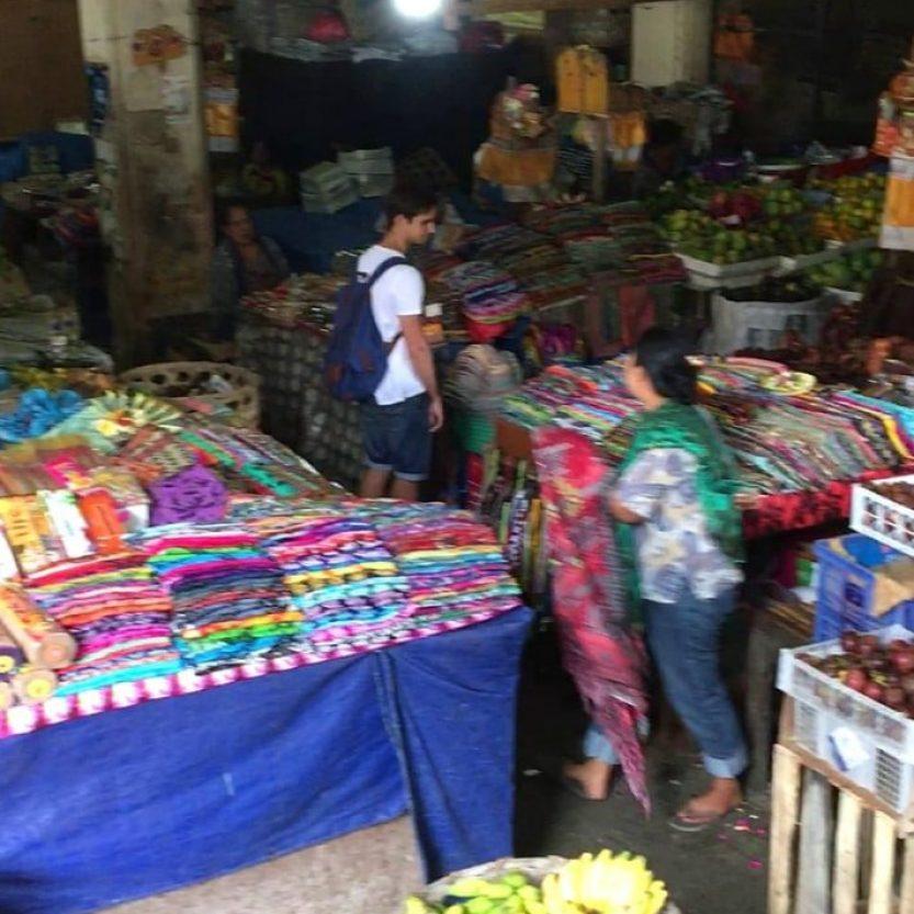 Mirando sarongs en Ubud Market