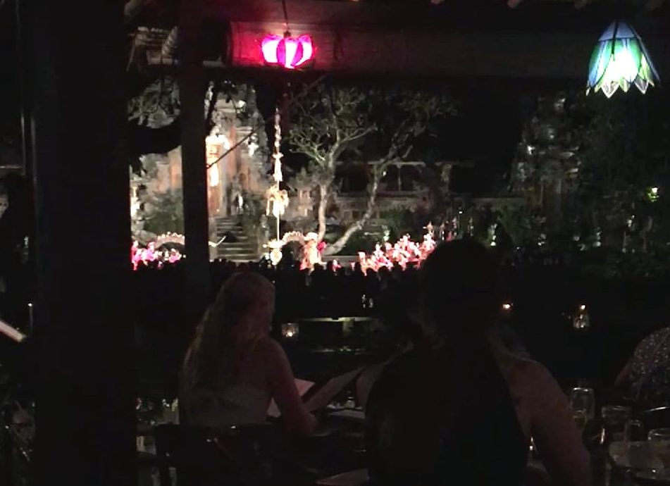Cenando en Cafe Lotus