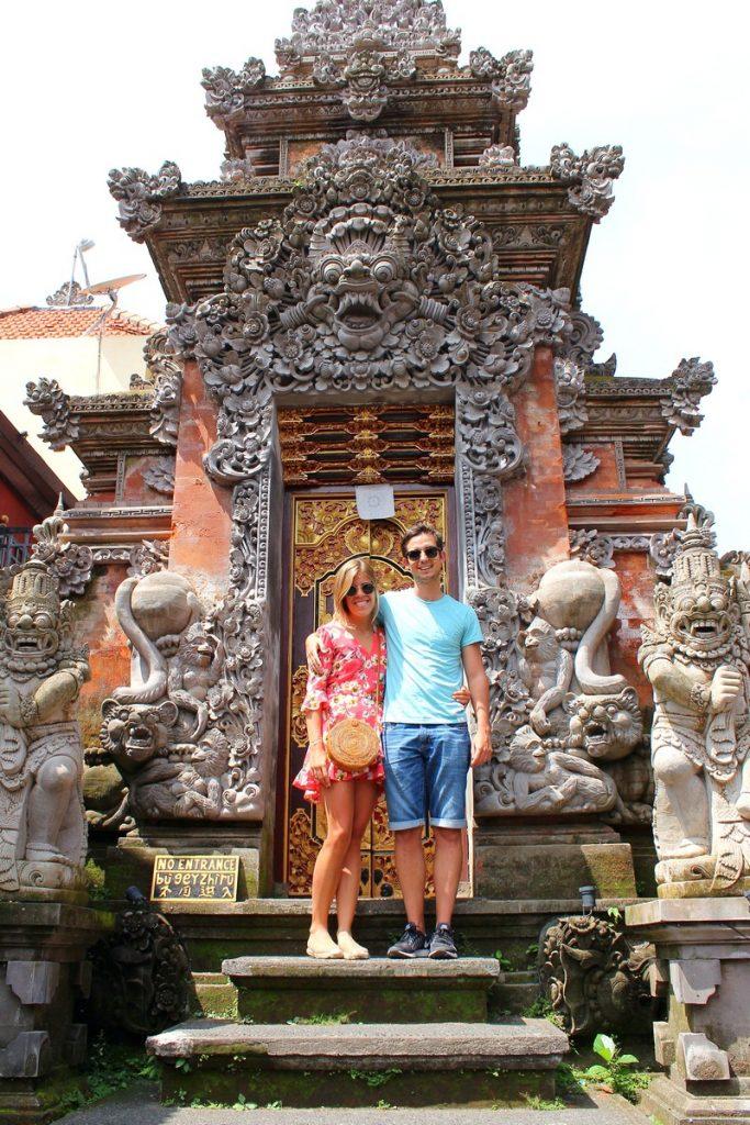 En una puerta del Palacio Real de Ubud