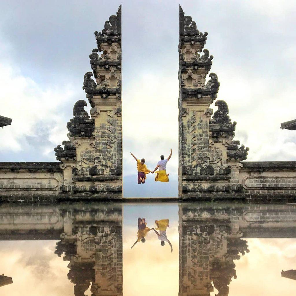 Saltando en Pura Lempuyan Luhur