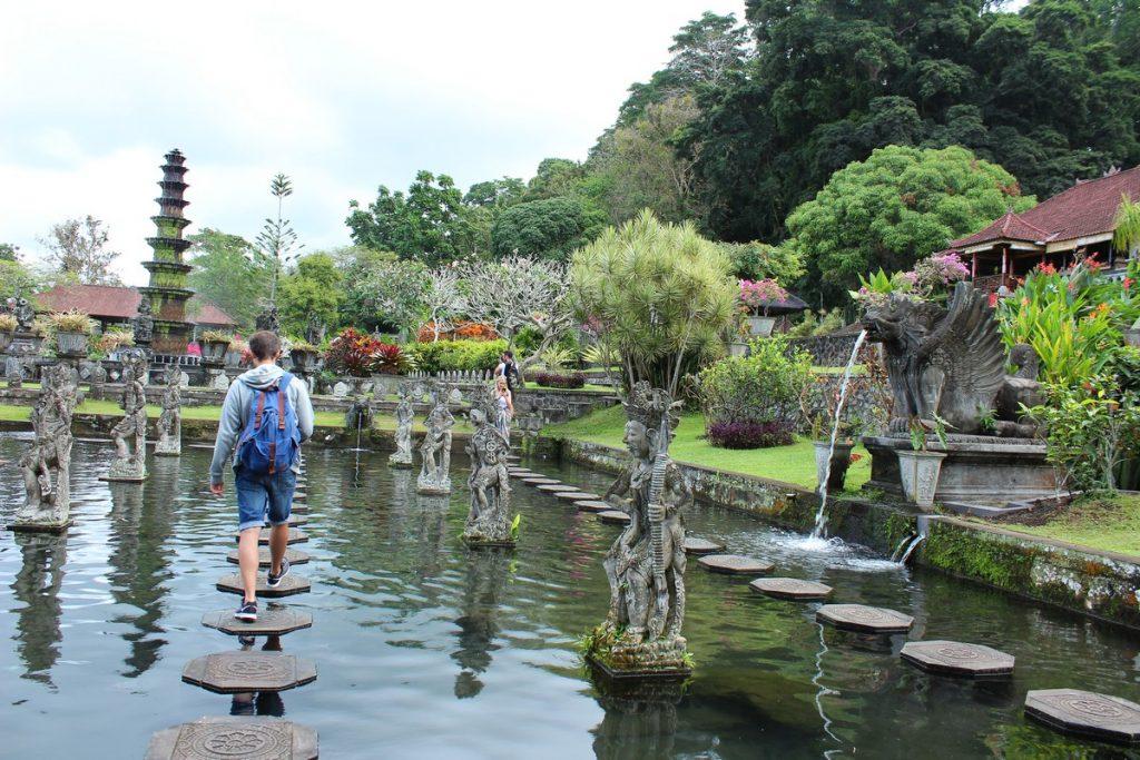 Cruzando el famoso estanque de Tirta Gangga