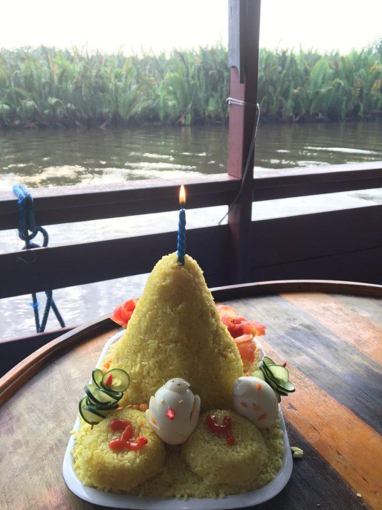La tarta que prepararon a Mariet en el klotok de Borneo