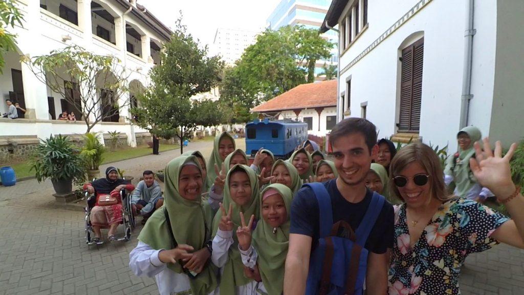 Siendo famosos al viajar por Indonesia en Lawang Sewu, Semarang