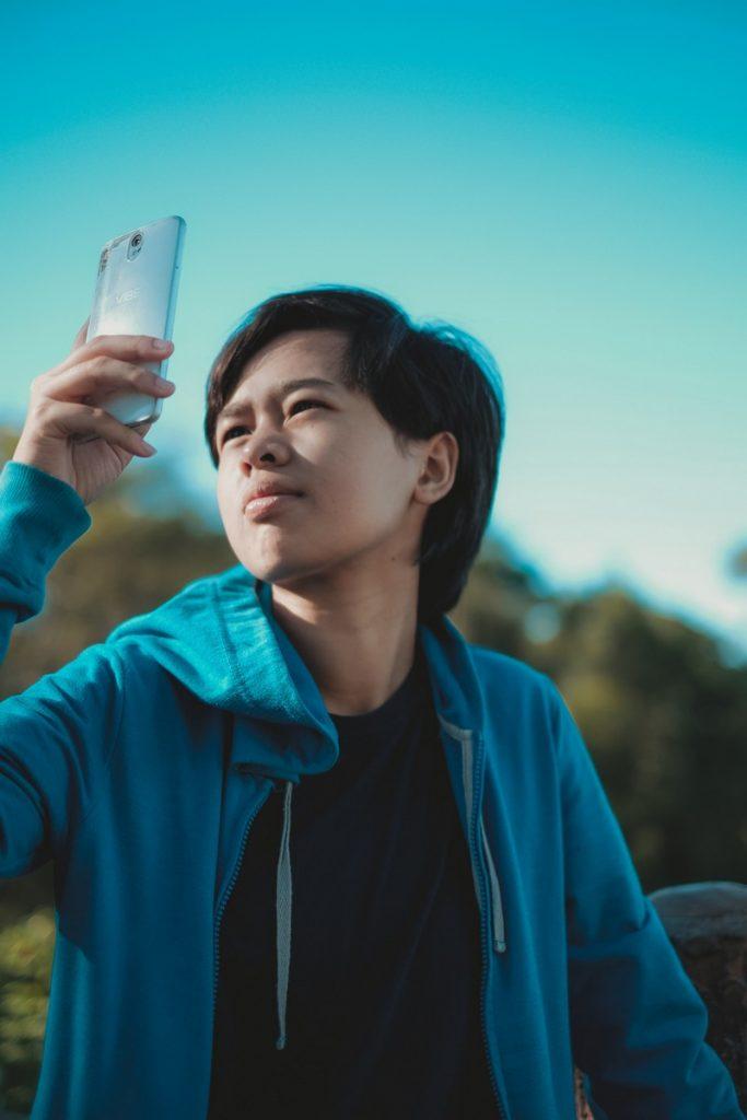 Indonesio con su smartphone