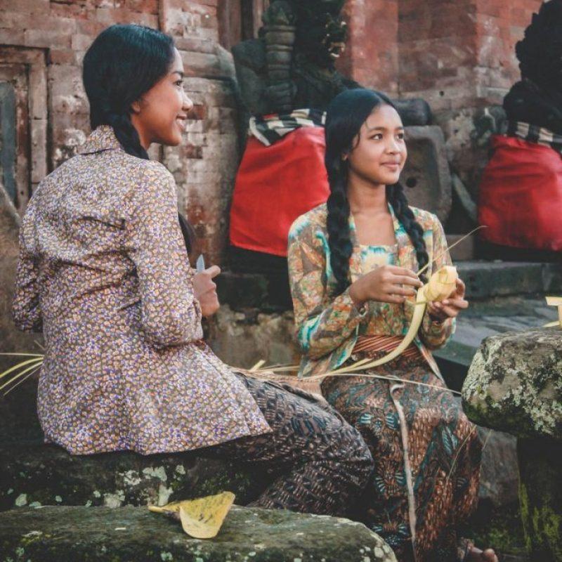 Viaje a Bali por zonas: Chicas haciendo ofrendas