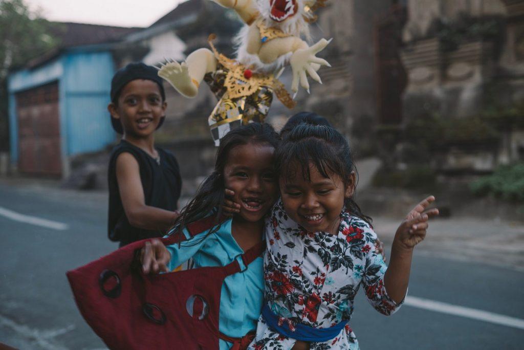 Te enamorarás de los niños que te encuentras al viajar por Indonesia