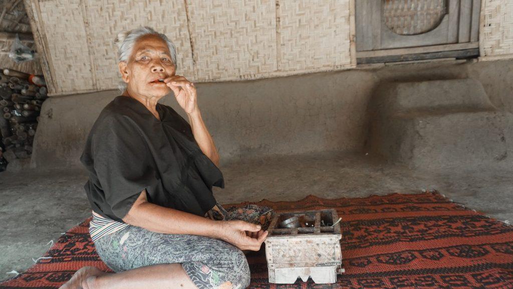 Anciana en el descansillo de su casa, Indonesia