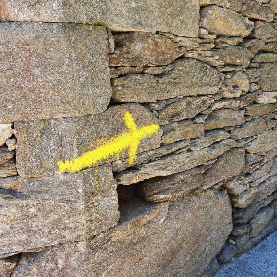 Flecha amarilla indicando el Camino de Santiago desde Sarria