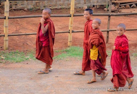 monjes budistas en Myanmar