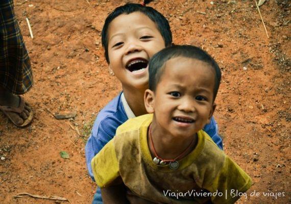 niños riendo en birmania