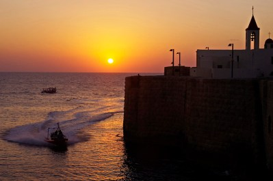 Puesta de sol sobre las fortificaciones de Acre y la iglesia de San Juan