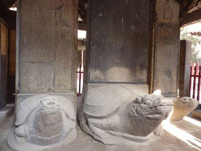 Estelas sobre esculturas de tortugas en Qufu