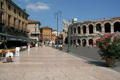 Piazza Bra en Verona, con el anfiteatro a la derecha