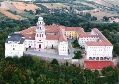 Vista de la histórica abadía barroca de Pannonhalma