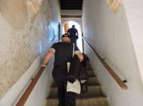 Subiendo las escaleras a los Jardines de Generalife. El opi con todo su esplendor deportivo