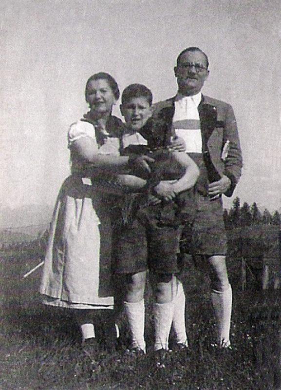 Opi de niño, con sus padres, en Austria.